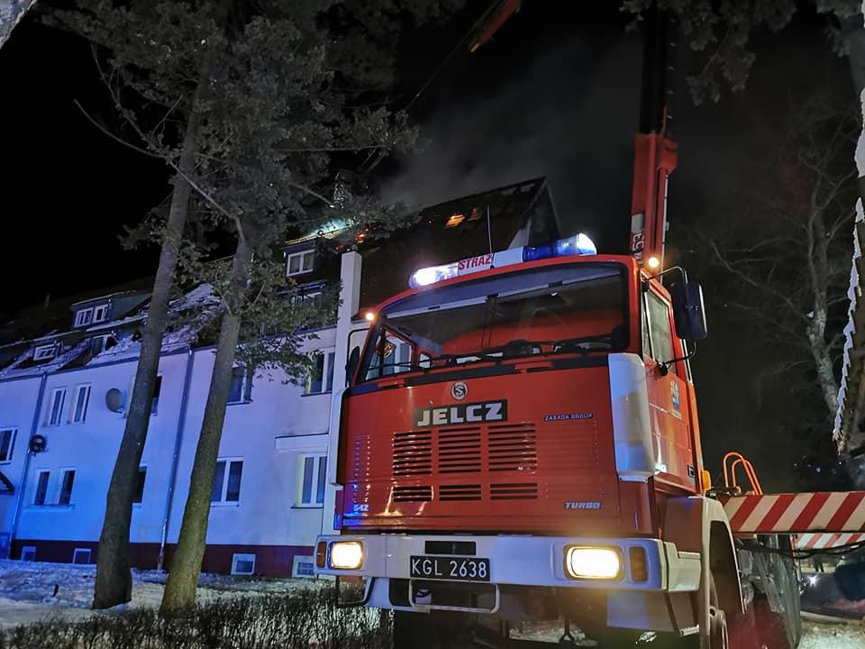osp1 - Pożar budynku wielorodzinnego w Podczelu