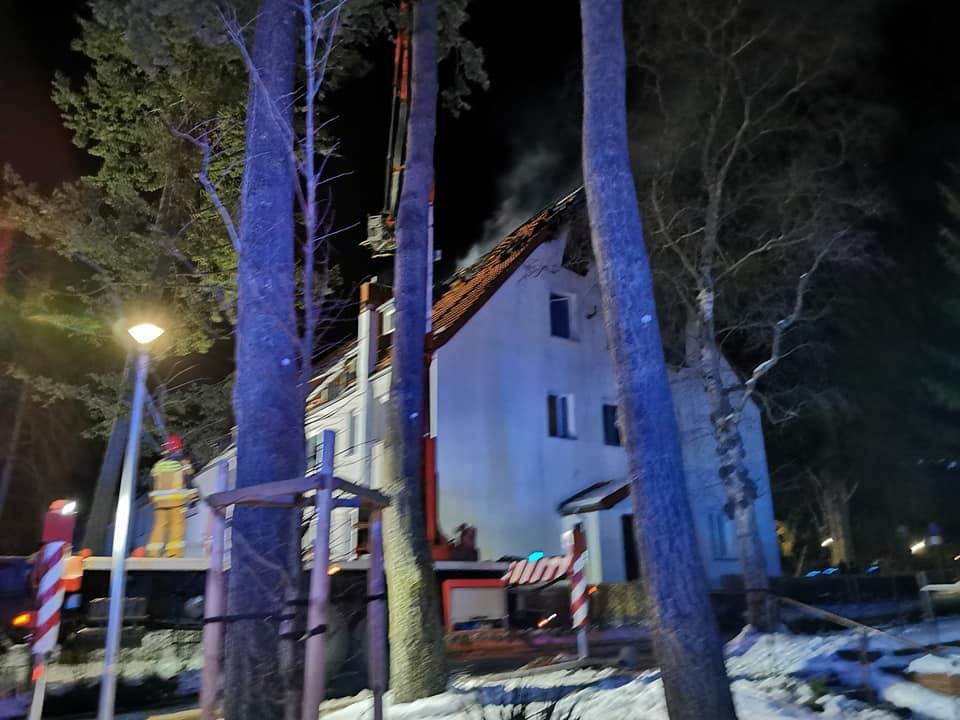 osp2 - Pożar budynku wielorodzinnego w Podczelu