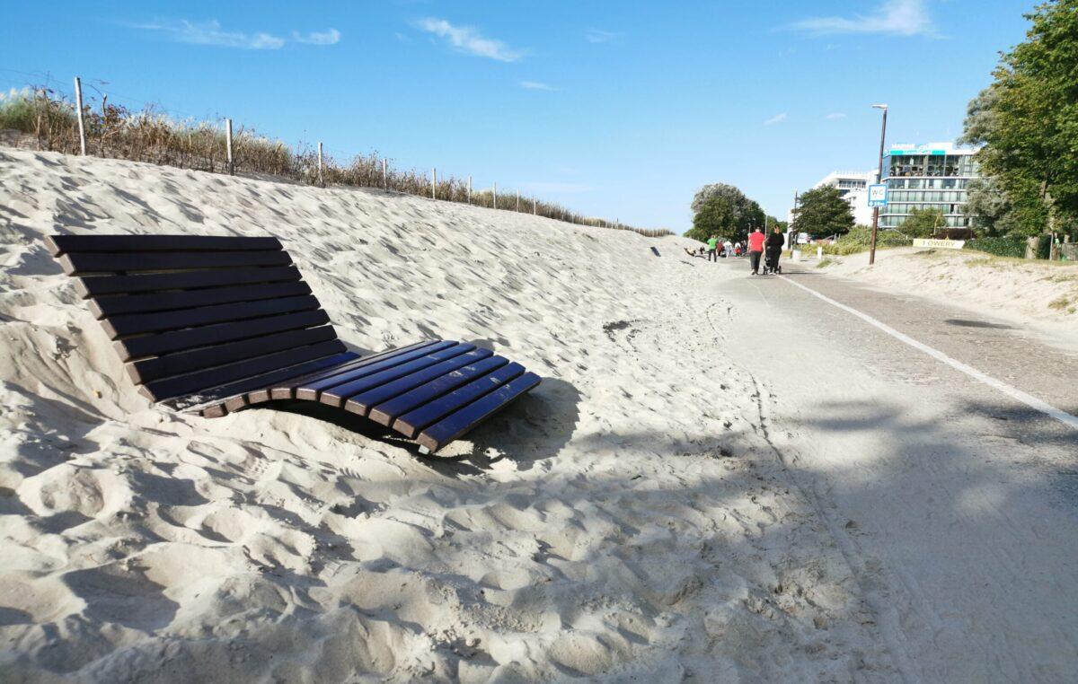 Miasto wynajmie firmę do usuwania piachu z nadmorskich alejek. Syzyfowe prace? Być może, ale konieczne