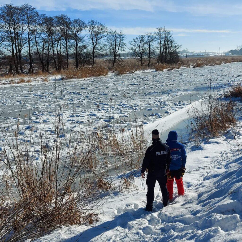 pol 1 1024x1024 - Policjanci i ratownicy WOPR patrolują akweny i przestrzegają: wchodzenie na zamarzniętą taflę wody zawsze jest ryzykowne