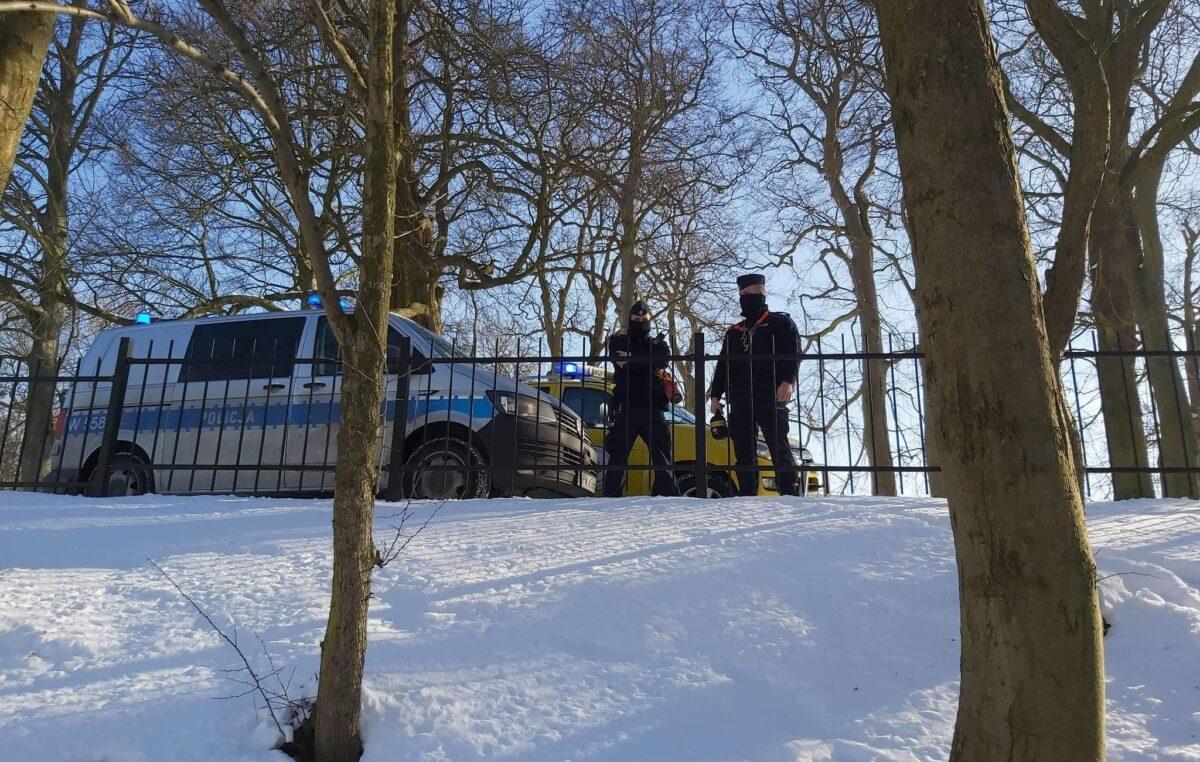 Policjanci i ratownicy WOPR patrolują akweny i przestrzegają: wchodzenie na zamarzniętą taflę wody zawsze jest ryzykowne