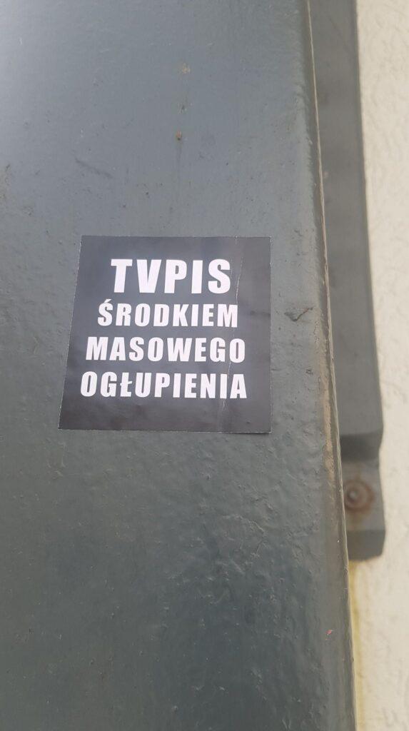 sk7 573x1024 - Wlepki, plakaty, odręcznie pisane hasła. Protestujący po orzeczeniu TK ws. aborcji nie pozwalają zapomnieć (ZDJĘCIA)