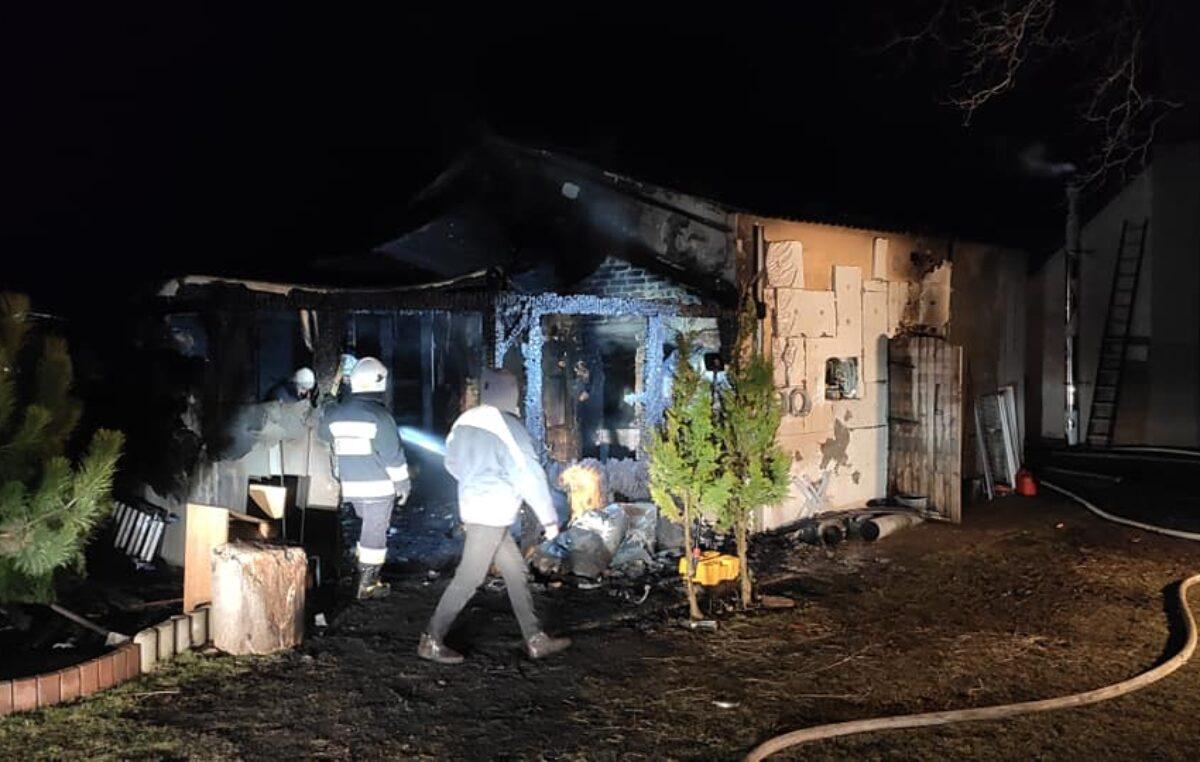 Pożar w Charzynie. Spłonęła stolarnia. Ogromne straty (ZDJĘCIA)