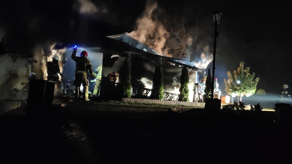 straz 3 - Pożar w Charzynie. Spłonęła stolarnia. Ogromne straty (ZDJĘCIA)