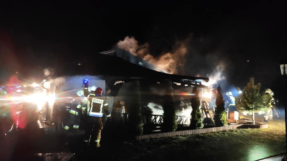 straz 4 - Pożar w Charzynie. Spłonęła stolarnia. Ogromne straty (ZDJĘCIA)