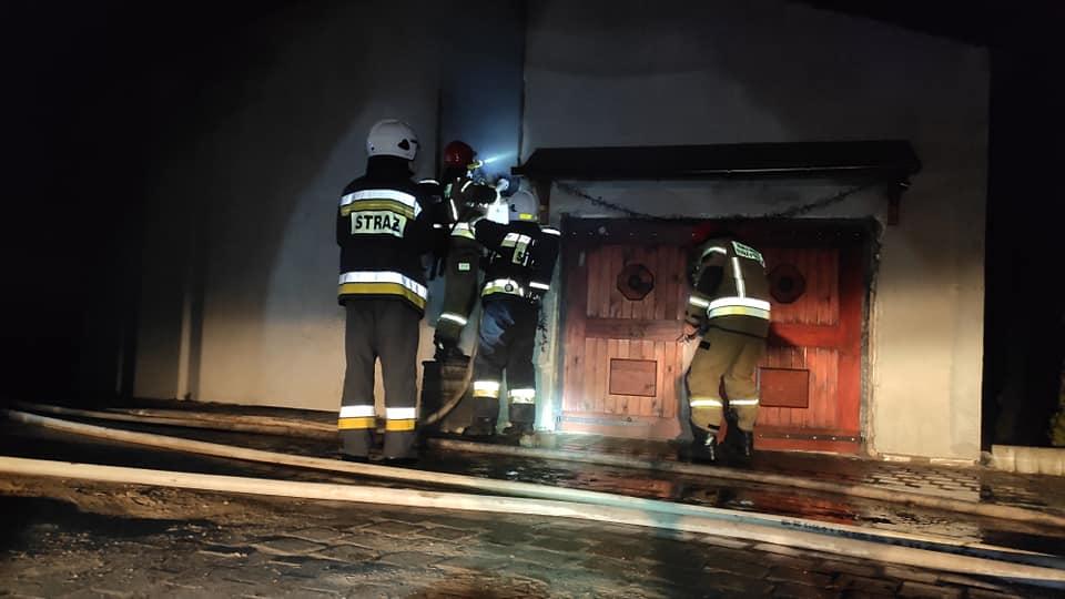 straz 5 - Pożar w Charzynie. Spłonęła stolarnia. Ogromne straty (ZDJĘCIA)