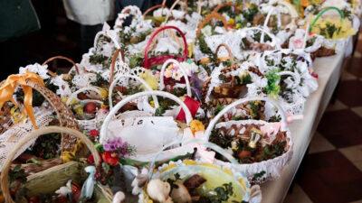 W Wielką Sobotę będziemy mogli tradycyjnie poświęcić pokarmy. W tym roku na zewnątrz świątyń