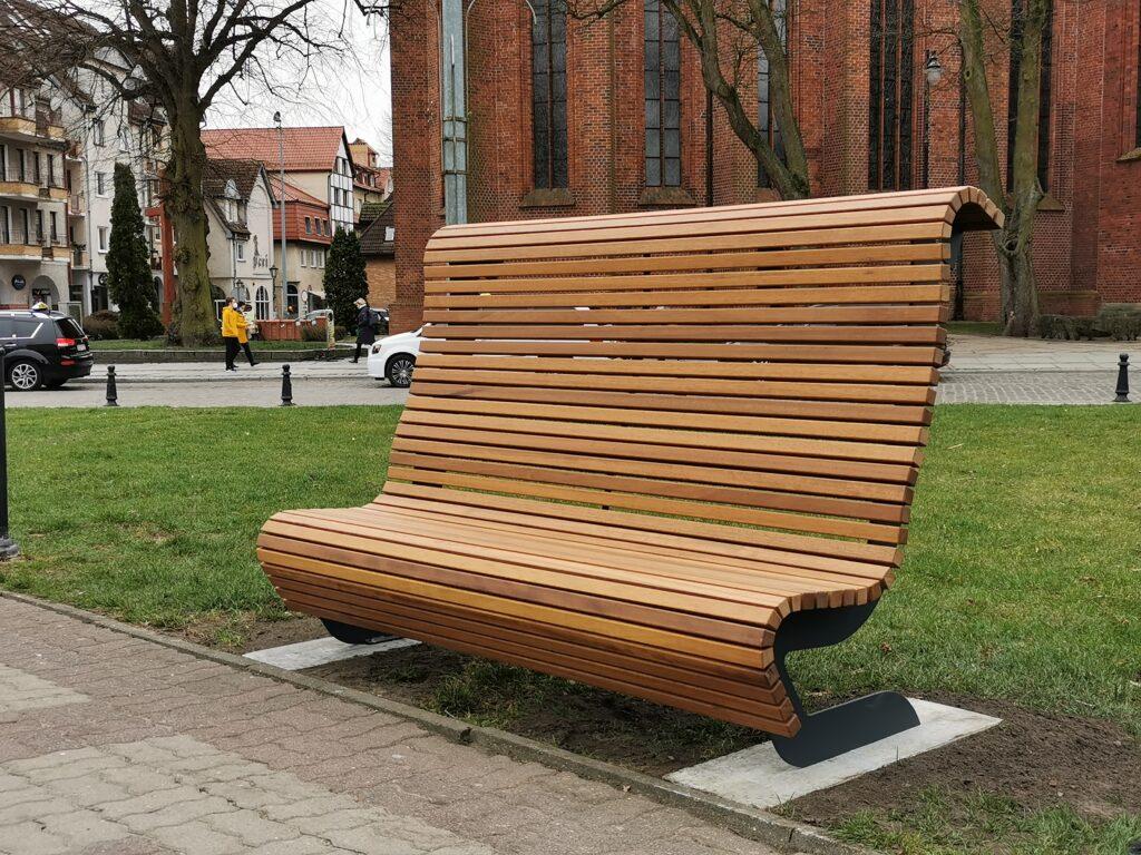 IMG 20210401 161849 1 1024x768 - Na Skwerze Miast Partnerskich montowane są wygodne, profilowane ławki z wysokim oparciem