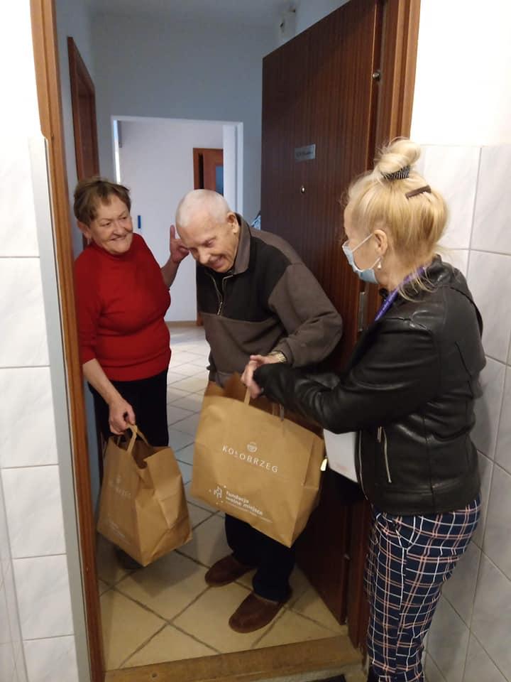 wm6 - Wolontariusze rozwieźli 320 paczek w ramach Śniadania Wielkanocnego dla Samotnych