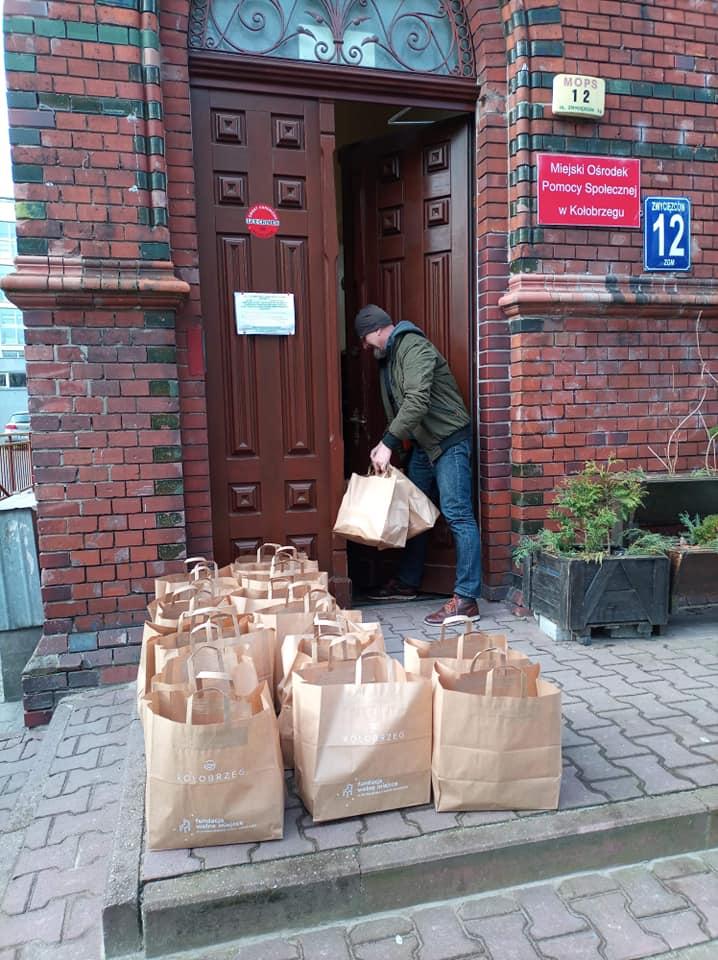 wm9 - Wolontariusze rozwieźli 320 paczek w ramach Śniadania Wielkanocnego dla Samotnych