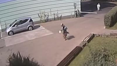 Zuchwała kradzież torebki. Policja poszukuje mężczyzny, którego nagrała kamera monitoringu (WIDEO)