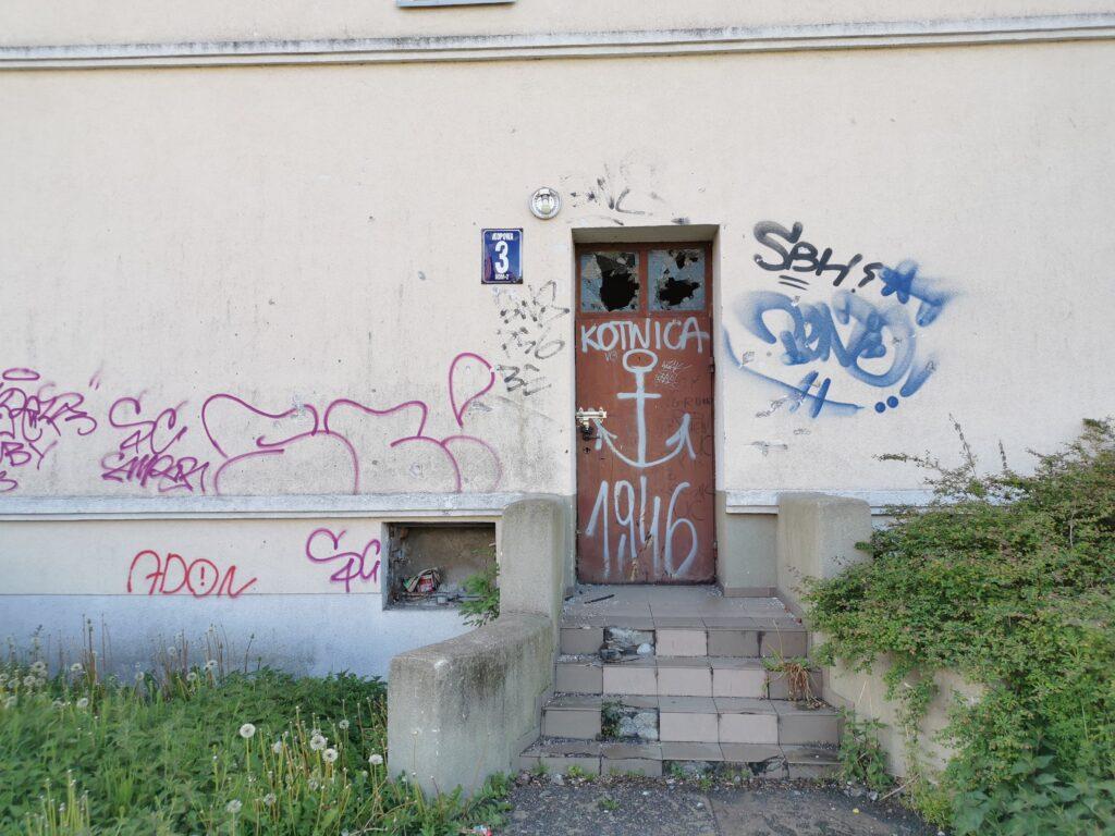 dom kolobrzeg 4 1 1024x768 - Stary budynek mieszkalny stoi zamknięty na cztery spusty. Czytelnik pyta o jego przyszłość