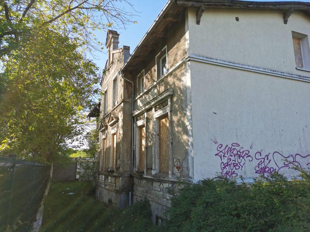 dom kolobrzeg 4 2 1024x768 - Stary budynek mieszkalny stoi zamknięty na cztery spusty. Czytelnik pyta o jego przyszłość