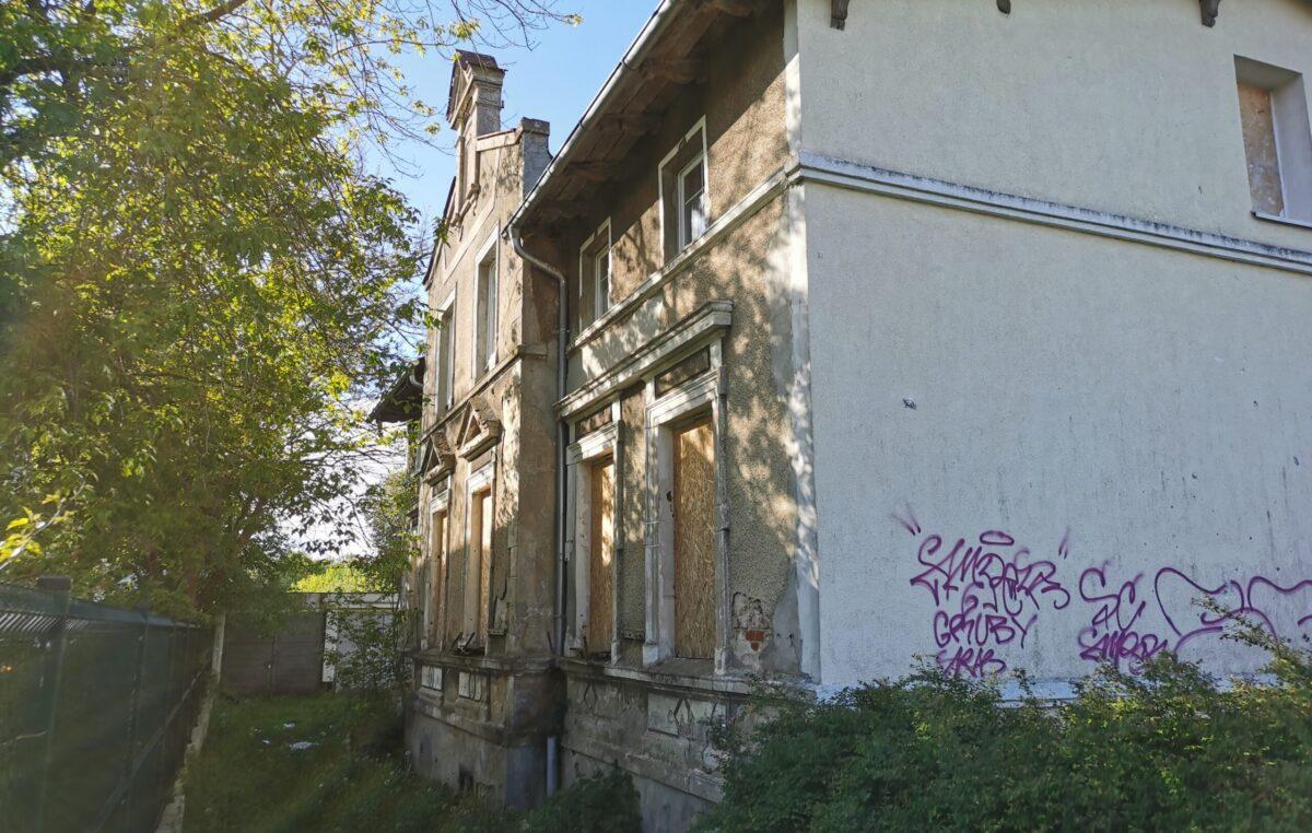 Stary budynek mieszkalny stoi zamknięty na cztery spusty. Czytelnik pyta o jego przyszłość