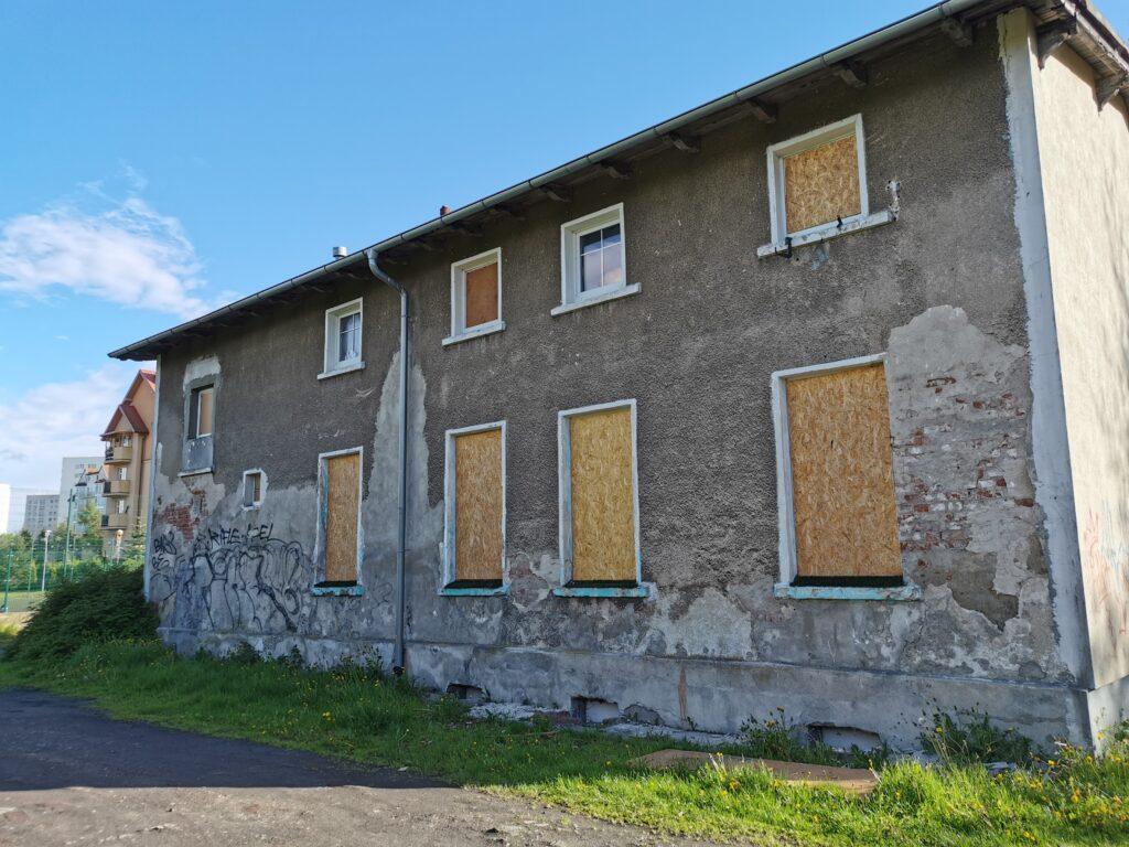 dom kolobrzeg 7 1024x768 - Stary budynek mieszkalny stoi zamknięty na cztery spusty. Czytelnik pyta o jego przyszłość
