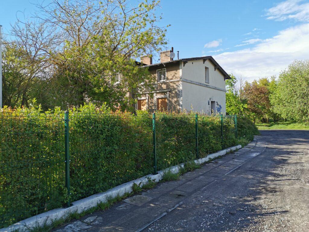 dom kolorzeg 1024x768 - Stary budynek mieszkalny stoi zamknięty na cztery spusty. Czytelnik pyta o jego przyszłość