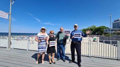 Przy molo w Kołobrzegu jedni się relaksują, drudzy agitują
