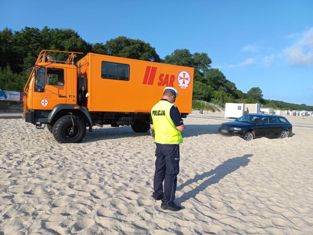 auto 2 1 1024x768 - Wjechał na plażę i się zakopał. Dostał trzy mandaty po 500 zł. Zapłaci też koszty holowania