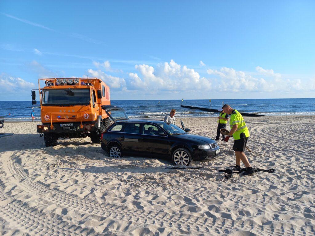 auto plaza 1024x768 - Wjechał na plażę i się zakopał. Dostał trzy mandaty po 500 zł. Zapłaci też koszty holowania