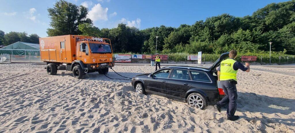 auto4 1024x461 - Wjechał na plażę i się zakopał. Dostał trzy mandaty po 500 zł. Zapłaci też koszty holowania