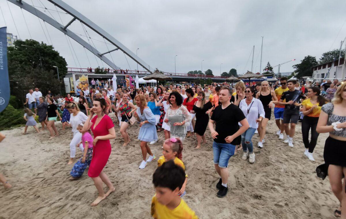 Mamy kołobrzeski rekord w jednoczesnym tańczeniu salsy! 317 osób tańczyło i bawiło się przy tym setnie! (WIDEO)