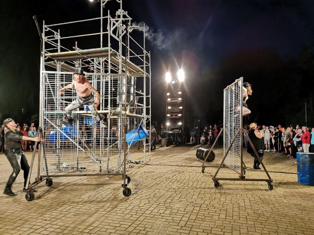 """t11 1024x768 - Teatr Fuzja i spektakl """"Blackout"""", czyli widowiskowa inscenizacja tego, co może stać się z cywilizacją, gdy zabraknie energii elektrycznej (ZDJĘCIA, WIDEO)"""