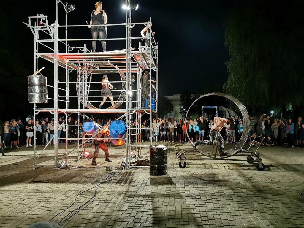 """t14 1024x768 - Teatr Fuzja i spektakl """"Blackout"""", czyli widowiskowa inscenizacja tego, co może stać się z cywilizacją, gdy zabraknie energii elektrycznej (ZDJĘCIA, WIDEO)"""