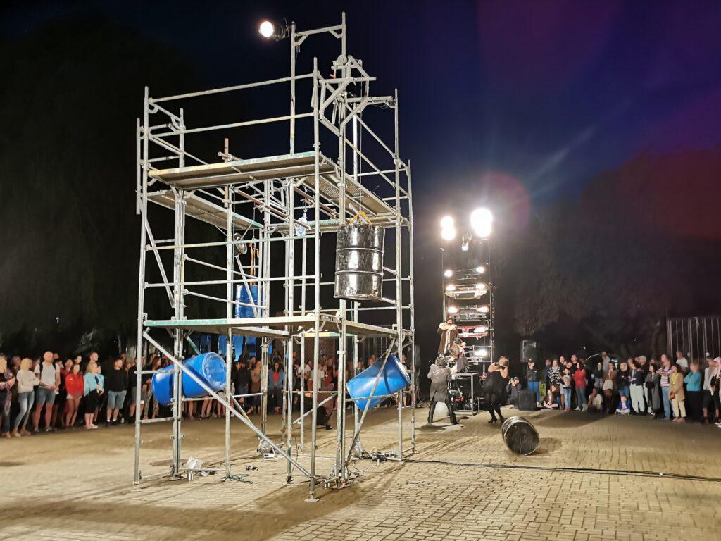 """t8 1024x768 - Teatr Fuzja i spektakl """"Blackout"""", czyli widowiskowa inscenizacja tego, co może stać się z cywilizacją, gdy zabraknie energii elektrycznej (ZDJĘCIA, WIDEO)"""