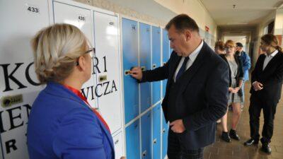 """Od dziś uczniowie """"Sienkiewicza"""" będą mieli lżejsze plecaki, bo każdy ma tu już swoją szafkę na klucz"""