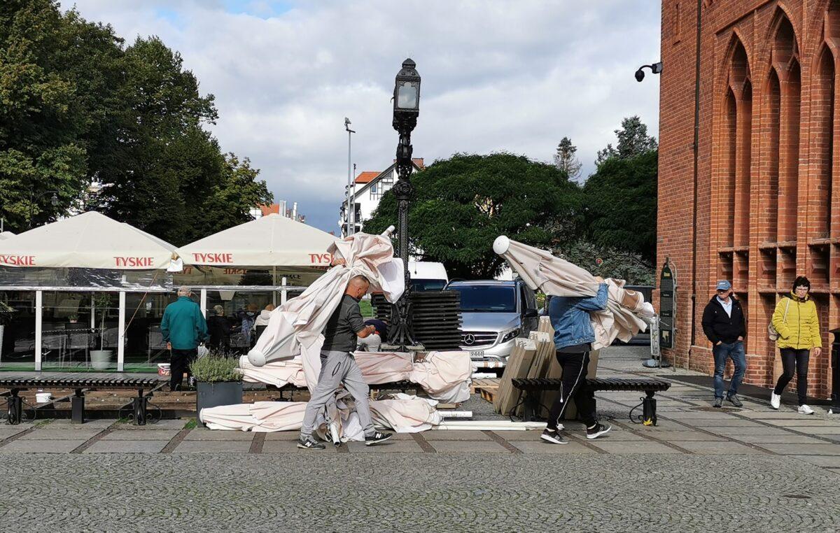 Pierwsze ogródki restauracyjne kończą sezonową działalność na placu Ratuszowym