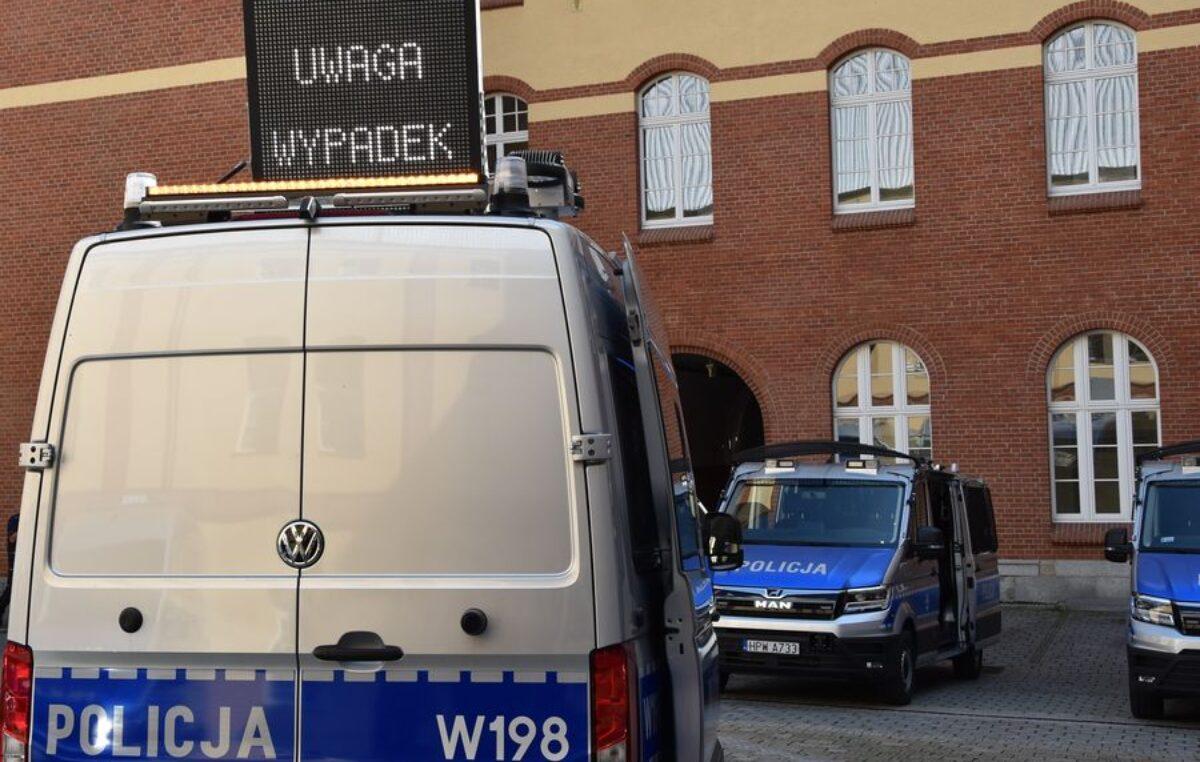 """Nowy wóz dla kołobrzeskiej policji. VW Crafter  z tablicą """"UWAGA WYPADEK"""", to ambulans pogotowia ruchu drogowego"""