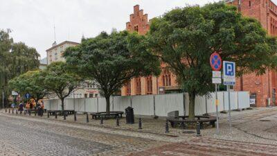 Ratusz ogrodzony od strony ul. Ratuszowej. Rozpoczęła się rozbiórka
