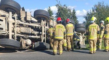 Wypadek na drodze wojewódzkiej 162. Ciężarówka leży na boku