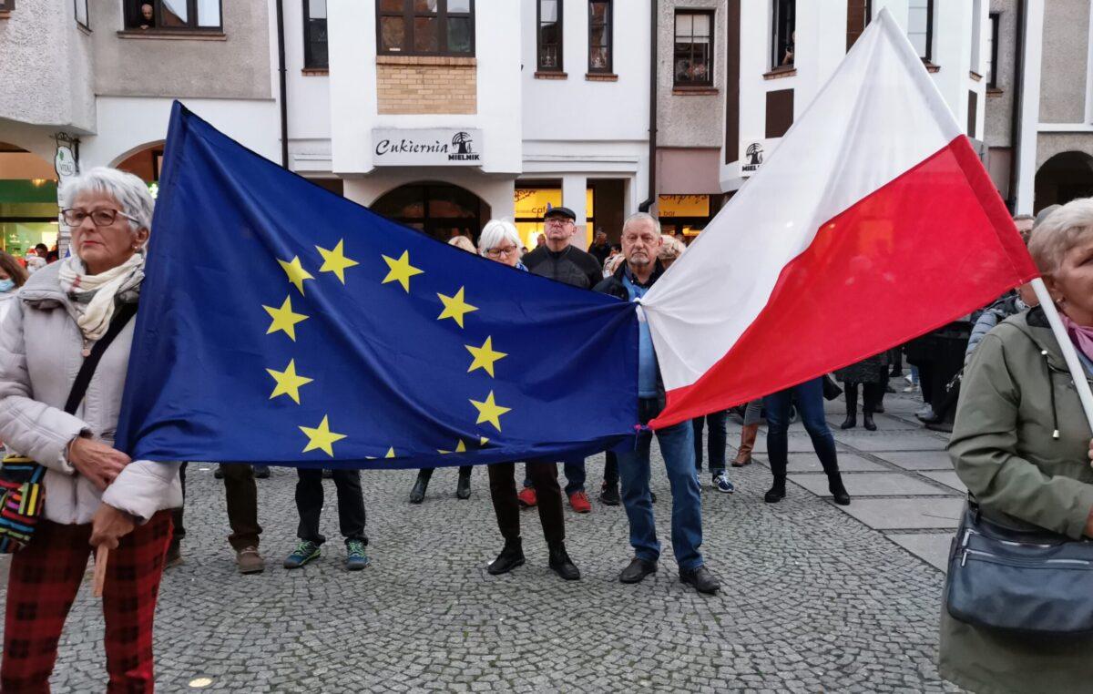 """Pikieta """"My zostajemy! Jesteśmy Europą!"""". Taczka dla rządu i związane ze sobą flagi Polski i UE (ZDJĘCIA, WIDEO)"""