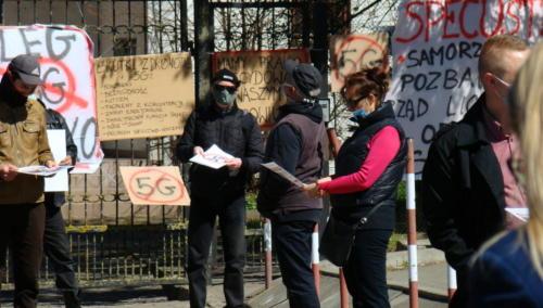 12 (1) (1) (1) (1) (1) (1) - Grupa mieszkańców Kołobrzegu protestowała dziś przeciwko technologii 5G (zdjęcia, wideo)