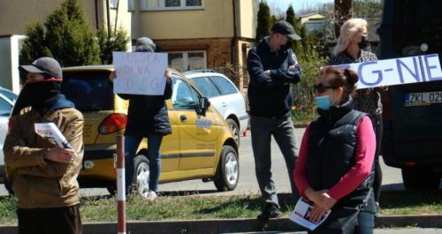19 (1) (1) (1) (1) - Grupa mieszkańców Kołobrzegu protestowała dziś przeciwko technologii 5G (zdjęcia, wideo)