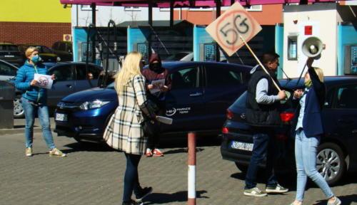25A - Grupa mieszkańców Kołobrzegu protestowała dziś przeciwko technologii 5G (zdjęcia, wideo)