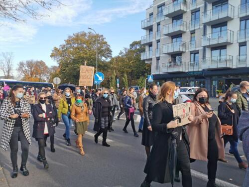 protest10 (1) - Około 2,5 tys. osób protestowało dziś w Kołobrzegu przeciwko orzeczeniu TK ws. aborcji (ZDJĘCIA, WIDEO)
