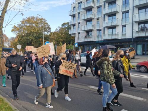 protest10 (2) - Około 2,5 tys. osób protestowało dziś w Kołobrzegu przeciwko orzeczeniu TK ws. aborcji (ZDJĘCIA, WIDEO)