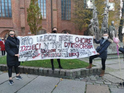 protest8 (2) - Około 2,5 tys. osób protestowało dziś w Kołobrzegu przeciwko orzeczeniu TK ws. aborcji (ZDJĘCIA, WIDEO)