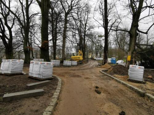 roboty8a - Trwa wymiana nawierzchni alejek w zabytkowym parku im. J.H. Dąbrowskiego (ZDJĘCIA)