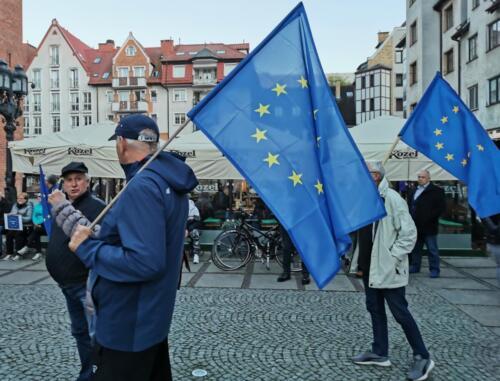 """unia - Pikieta """"My zostajemy! Jesteśmy Europą!"""". Taczka dla rządu i związane ze sobą flagi Polski i UE (ZDJĘCIA, WIDEO)"""