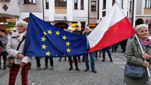 """unia10 - Pikieta """"My zostajemy! Jesteśmy Europą!"""". Taczka dla rządu i związane ze sobą flagi Polski i UE (ZDJĘCIA, WIDEO)"""