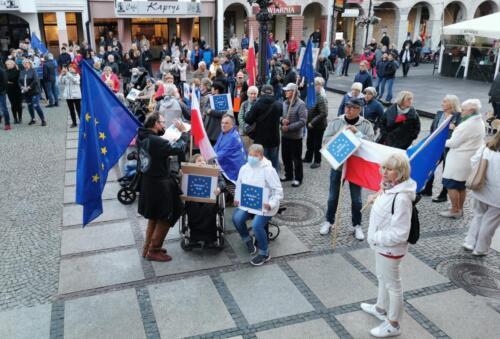 """unia12 - Pikieta """"My zostajemy! Jesteśmy Europą!"""". Taczka dla rządu i związane ze sobą flagi Polski i UE (ZDJĘCIA, WIDEO)"""