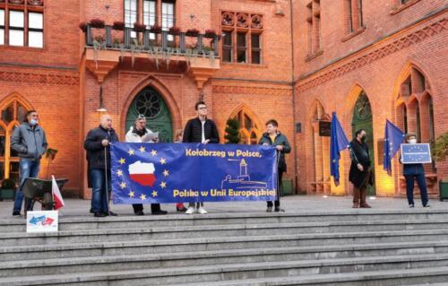 """unia2 - Pikieta """"My zostajemy! Jesteśmy Europą!"""". Taczka dla rządu i związane ze sobą flagi Polski i UE (ZDJĘCIA, WIDEO)"""