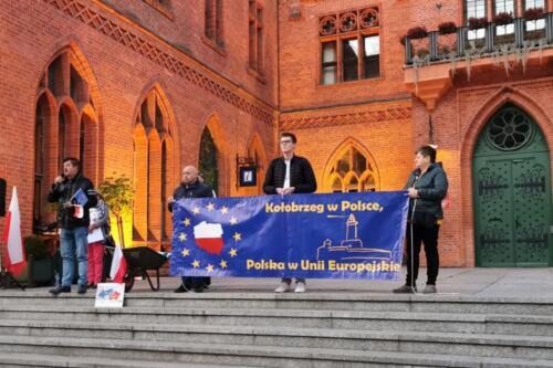 """unia3 - Pikieta """"My zostajemy! Jesteśmy Europą!"""". Taczka dla rządu i związane ze sobą flagi Polski i UE (ZDJĘCIA, WIDEO)"""