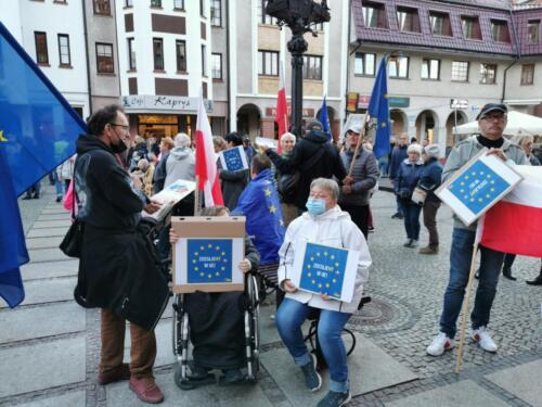 """unia4 - Pikieta """"My zostajemy! Jesteśmy Europą!"""". Taczka dla rządu i związane ze sobą flagi Polski i UE (ZDJĘCIA, WIDEO)"""