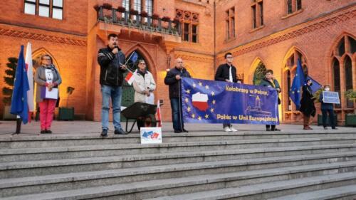 """unia5 - Pikieta """"My zostajemy! Jesteśmy Europą!"""". Taczka dla rządu i związane ze sobą flagi Polski i UE (ZDJĘCIA, WIDEO)"""