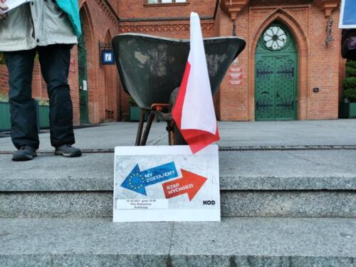 """unia7 - Pikieta """"My zostajemy! Jesteśmy Europą!"""". Taczka dla rządu i związane ze sobą flagi Polski i UE (ZDJĘCIA, WIDEO)"""