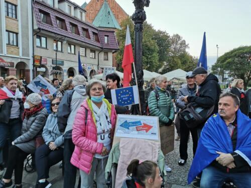 """unia8 - Pikieta """"My zostajemy! Jesteśmy Europą!"""". Taczka dla rządu i związane ze sobą flagi Polski i UE (ZDJĘCIA, WIDEO)"""